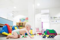 Baby spielt mit Spielzeug — Stockfoto