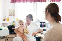 Baby mit Mutter und Ärztin — Stockfoto