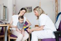 Baby вивчається лікар — стокове фото