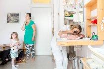 Baby von Arzt untersucht — Stockfoto