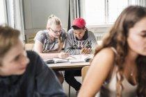 Junge Schüler im Klassenzimmer — Stockfoto