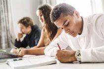 Jeunes étudiants en classe — Photo de stock