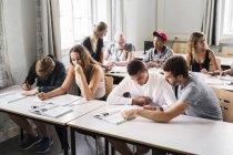 Enseignants et jeunes étudiants — Photo de stock