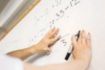 Студент написи на дошці — стокове фото