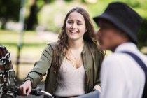 Studenten, lächelnd, im freien stehend — Stockfoto