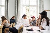 Юных студентов в классе — стоковое фото