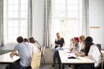 Enseignant et jeunes étudiants — Photo de stock