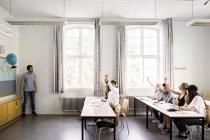 Lehrer und junge Schüler — Stockfoto
