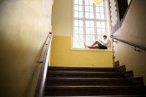 Студента сидіти вікна — стокове фото