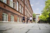 Estudantes caminhando pela escola — Fotografia de Stock