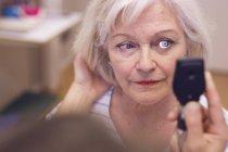 Старший одна жінка, очі перевірив — стокове фото