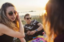 Frau und Mann am Strand sprechen — Stockfoto