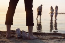 Jeune homme debout sur la plage — Photo de stock