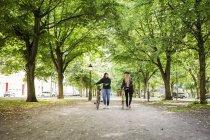 Жінок, що йдуть в парку — стокове фото