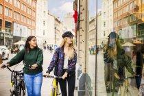 Deux jeunes femmes avec des vélos — Photo de stock