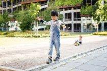 Chicos jugando en el patio - foto de stock