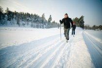 Couple de ski dans le champ de neige — Photo de stock