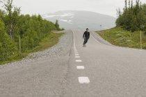 Hombre Skate en carretera - foto de stock