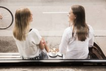 Women talking outside of cafe — Stock Photo