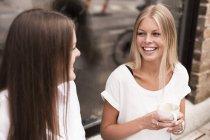 Женщин говорить вне кафе — стоковое фото