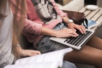 Mujeres que estudian y utilizan ordenador portátil - foto de stock