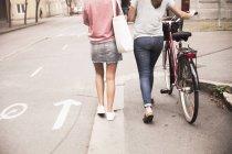 Donne che camminano con la bici — Foto stock