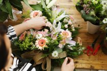 Florist making flower bouquet — Stock Photo