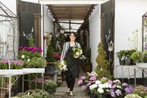 Wandern mit Blumensträuße Florist — Stockfoto