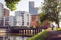 Wohnhaus am Fluss — Stockfoto