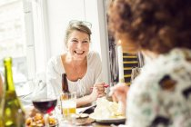 Women talking during lunch - foto de stock