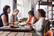 Women talking during lunch — Stockfoto