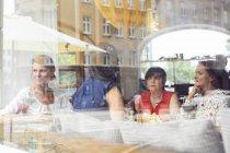 Women talking during lunch — Photo de stock