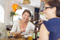 Women laughing during lunch — Stockfoto