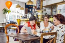 Frauen suchen bei laptop — Stockfoto