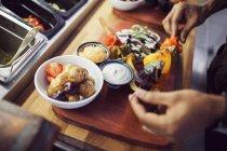Shashlik de vegetariano preparación de chef - foto de stock