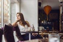 Женщина смотрит в окно — стоковое фото