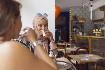 Donne che bevono tè — Foto stock