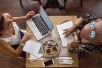 Donne di affari che lavorano in sala da tè — Foto stock