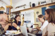Geschäftsfrauen, die Arbeiten während des Mittagessens — Stockfoto