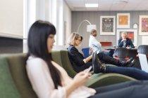 Colleghi seduti in ufficio moderno — Foto stock