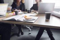 Smartphone, notebook y café en la mesa - foto de stock