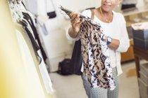 Mulheres olhando para roupas — Fotografia de Stock