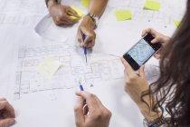 Архітектори, обговорюючи blueprint — стокове фото