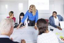 Team di architetti che lavorano con le cianografie — Foto stock