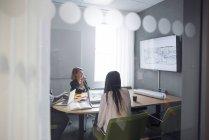 Colegas, discutindo o projeto — Fotografia de Stock