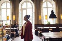 Femme debout à la cafétéria — Photo de stock