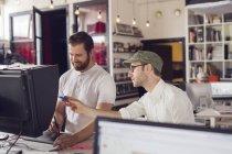 Hombres que trabajan en oficina moderna - foto de stock
