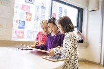 Навчання в класі з таблетки дівчаток — стокове фото