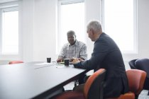 Two men discussing work — Stock Photo