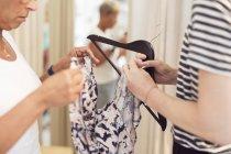 Mulheres olhando para o vestido — Fotografia de Stock